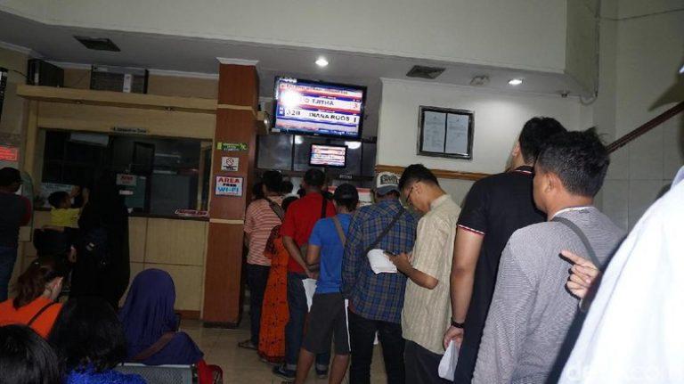 Ratusan Warga Surabaya Serbu PMI Bantu Korban Bom Gereja
