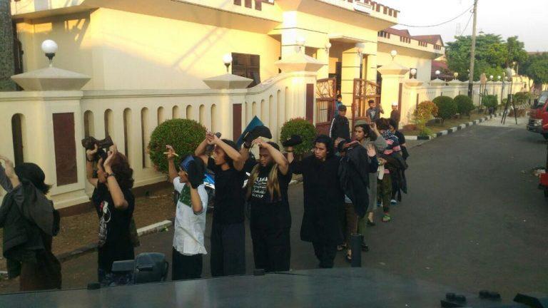 Viral, Video Polisi Suapi Makan Napiter Pelaku Kerusuhan di Mako Brimob