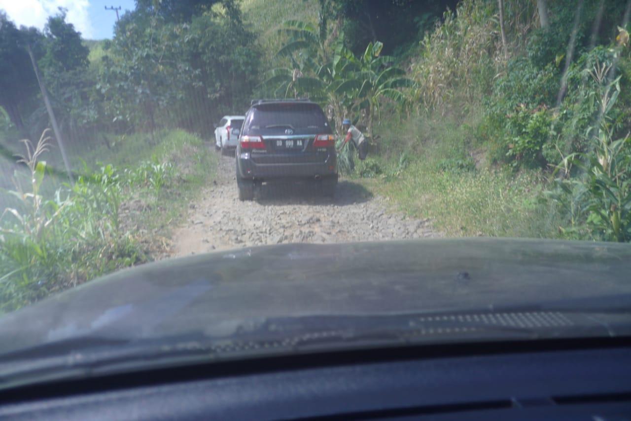 Rombongan Prof HM Nurdin Abdullah menelusuri jalan darat dari Turatea Jeneponto ke Biring Bulu Kabupaten Gowa