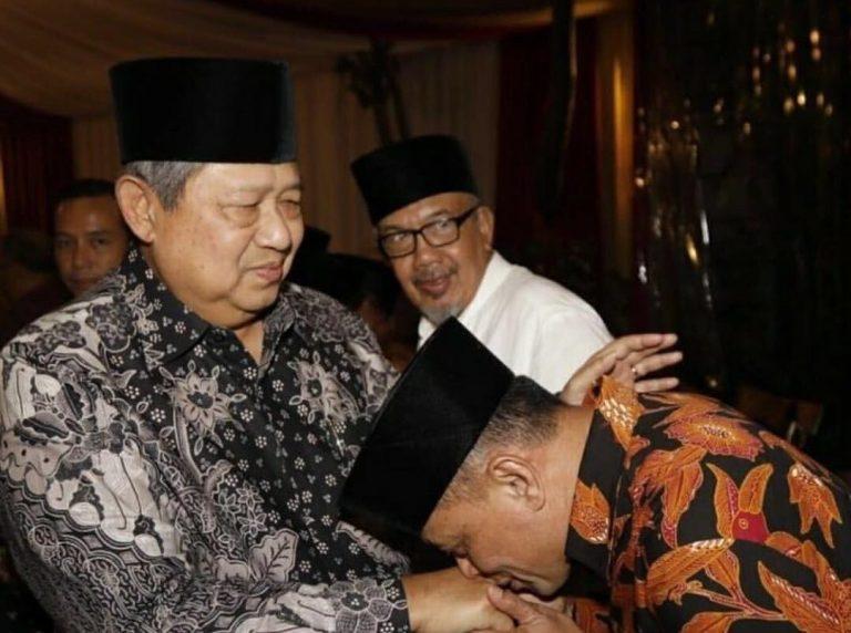 Cium Tangan SBY, Gatot Minta Restu Nyapres?