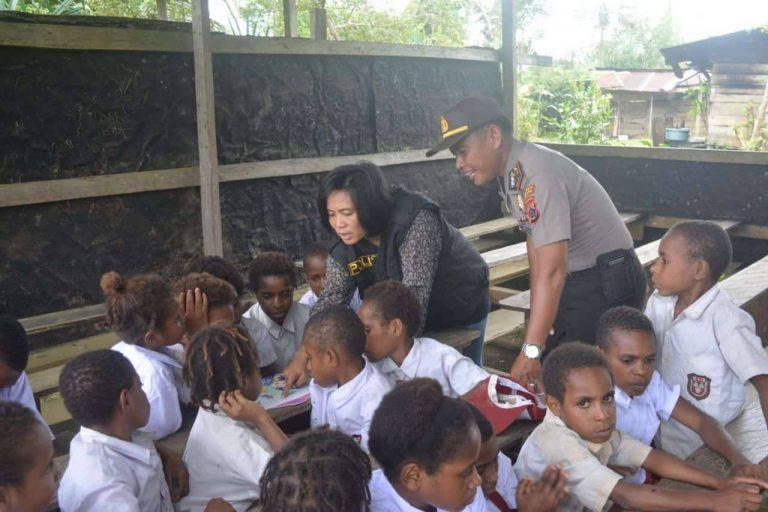 Saat Polisi jadi Guru SD dan TK di Papua