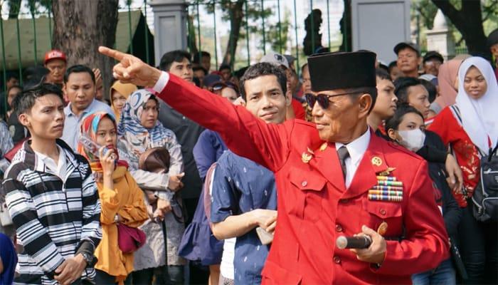 Kenakan Peci Plus Kacamata Hitam, 'Soekarno' Hadiri Upacara Bendera di Istana Merdeka