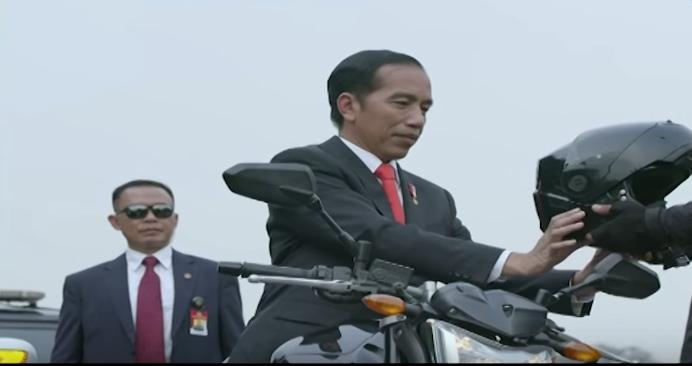 Aksi Heroik Jokowi Naik Motor ke Pembukaan Asian Games Bikin Kagum