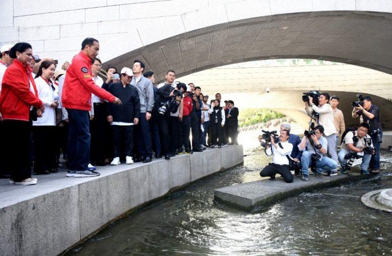 Jernihnya Sungai Cheonggyecheon Seoul Bikin Jokowi Takjub