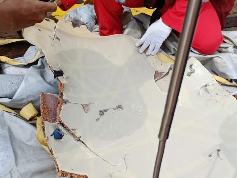 Puing Pesawat dan Barang Penumpang Lion Air JT 610 ditemukan di Perairan Karawang