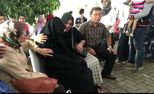 Sedih dan Haru selimuti Keluarga Korban Lion Air JT 610 di RS Polri