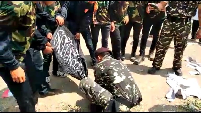 Oknum Banser di Garut bakar Bendera HTI yang bertuliskan Tauhid
