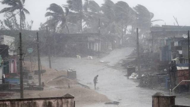 Topan Titli Terjang India, 3 Tewas, 300 Ribu Mengungsi