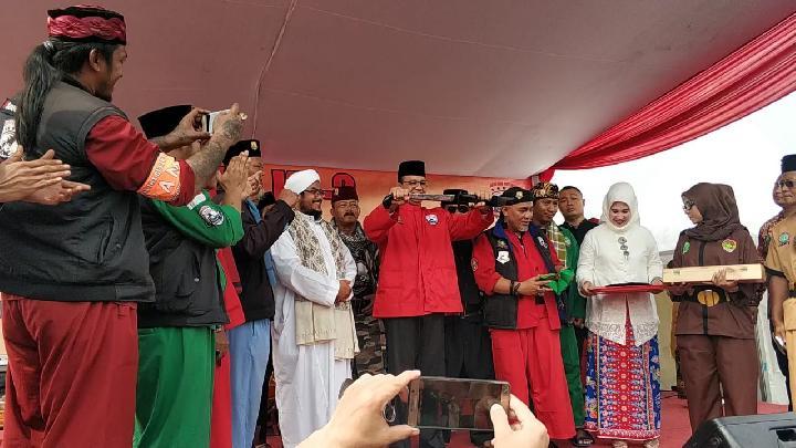 Hadiri Milad Jawara Betawi, Anies Diberi Golok