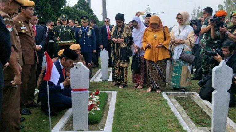Jokowi Ajak Para Veteran Tabur Bunga di TMP Cikutra Bandung