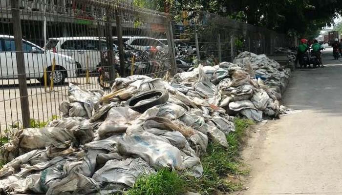 Ribuan Karung Lumpur Diangkat dari Saluran Air di Kembangan