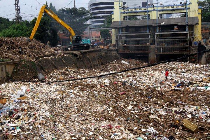50 truk Dikerahkan Angkut Sampah Pintu Air Manggarai