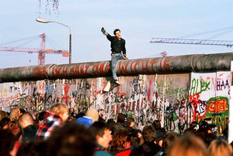 Runtuhnya Tembok Berlin Simbol Perang Dingin Jerman