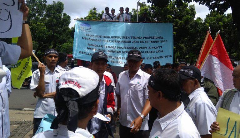 Datangi Kantor Anies, Pegawai PD Pasar Jaya Minta Dirutnya Dipecat