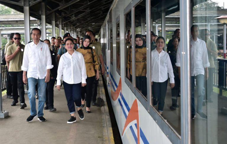 Blusukan ke Garut, Jokowi tinjau Program Kereta Api hingga Bertemu Ibu-Ibu Mekaar