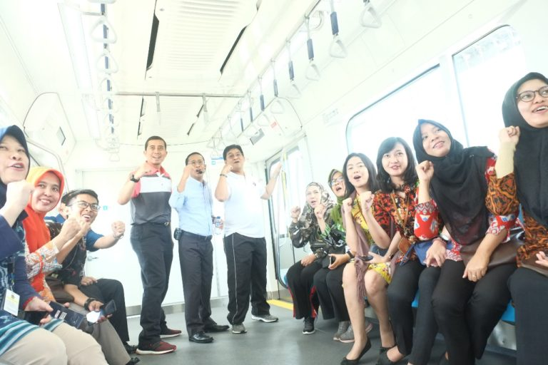 Ajak Rombongan, Kepala Kanwil DJP Wajib Pajak Besar Coba MRT Jakarta