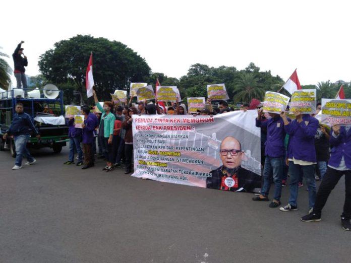 Pemuda Cinta KPK (PECI KPK) melanjutkan aksinya di depan Istana Negara