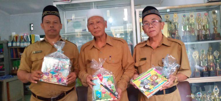 Perum Jamkrindo Bagikan Paket Alat Tulis di MI Miftahul Huda Ciputat
