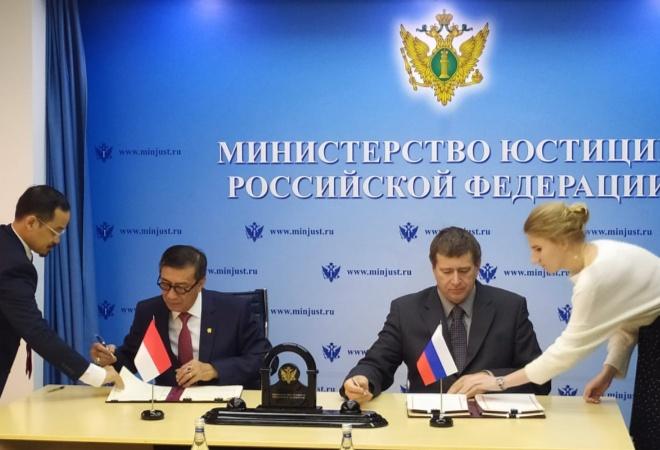 Perkuat Hubungan Bilateral, Menkumham Tanda Tangani Perjanjian MLA Indonesia – Rusia