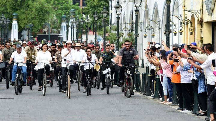 Jokowi Menyapa Warga Sambil Gowes Sepeda Ontel di Kota Lama Semarang