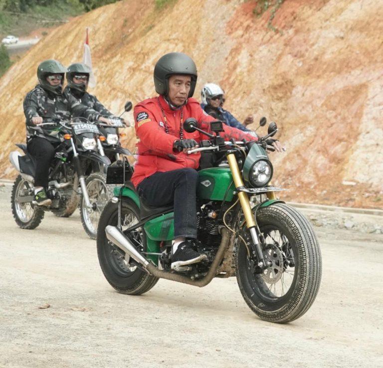 Naik Sepeda Motor, Jokowi Puas Kelilingi Jalan Perbatasan Trans-Kalimantan