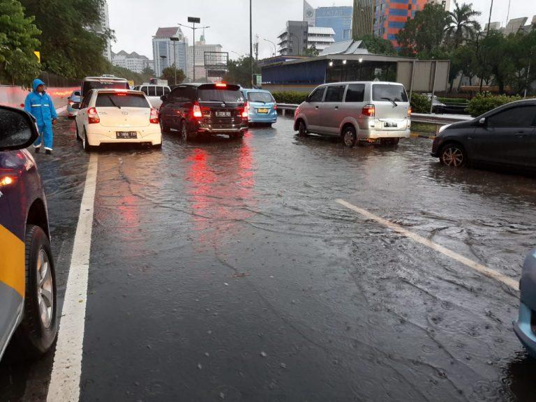 Imbas Banjir, Kendaraan Menuju Bandara Soekarno Hatta Dialihkan ke Flyover Tomang