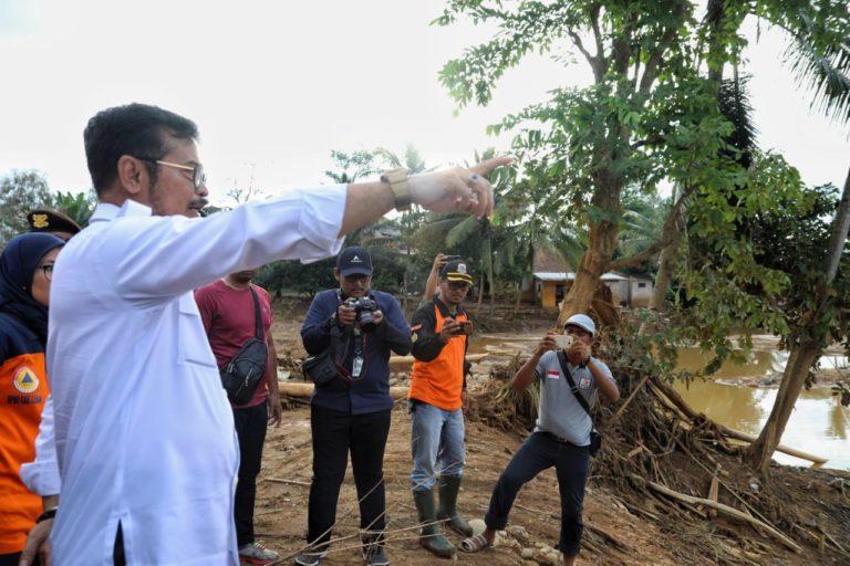 Mentan Tinjau Lahan Pertanian  yang Rusak Akibat Banjir di Lebak