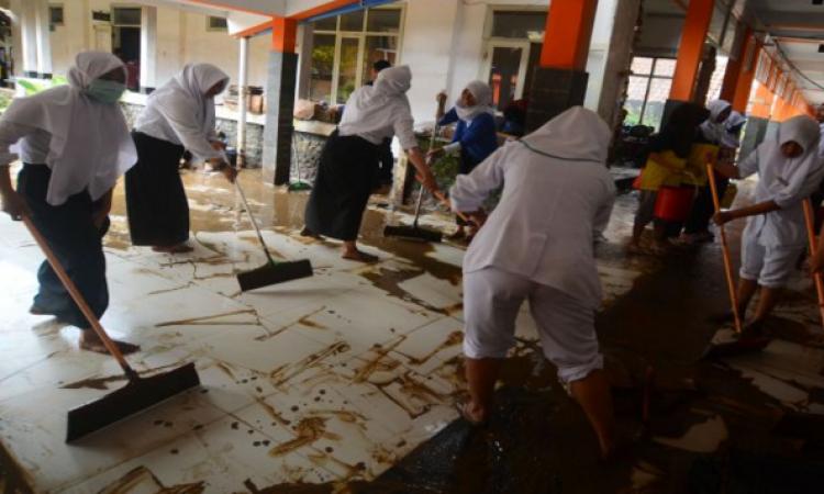 Kemendikbud Berikan Paket Bantuan ke Sekolah Terdampak Banjir