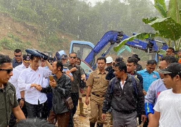 Diguyur Hujan Lebat, Jokowi Sambangi Korban Banjir di Sukajaya