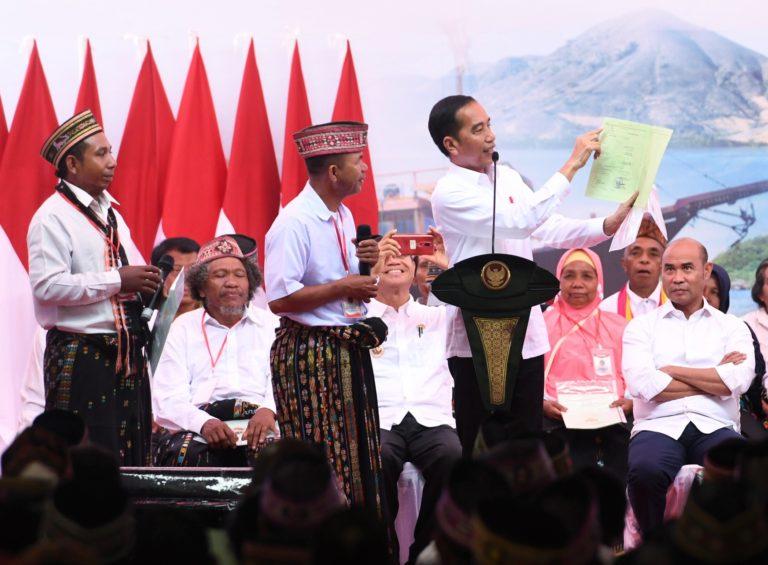 Atasi Sengketa Lahan, Jokowi Bagi-bagi Sertifikat Tanah di Labuan Bajo