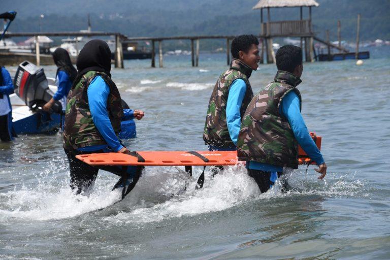 Lantamal IX Ambon Latih Mahasiswa STIKes Husada Evakuasi Medis Laut