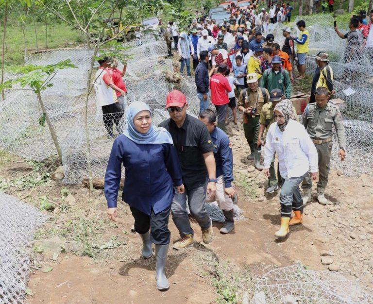 Khofifah Turun Langsung Pantau Penanganan Banjir Bandang Jember