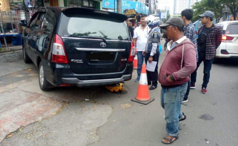 Dishub Depok Gembok 2 Mobil Parkir Sembarangan di Jalan Margonda