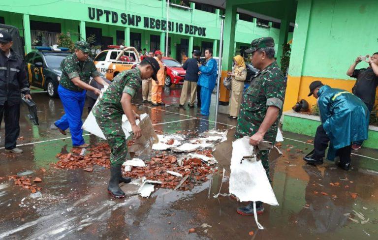 Personel Kodim dan Polres Depok Bantu Warga Terdampak Puting Beliung