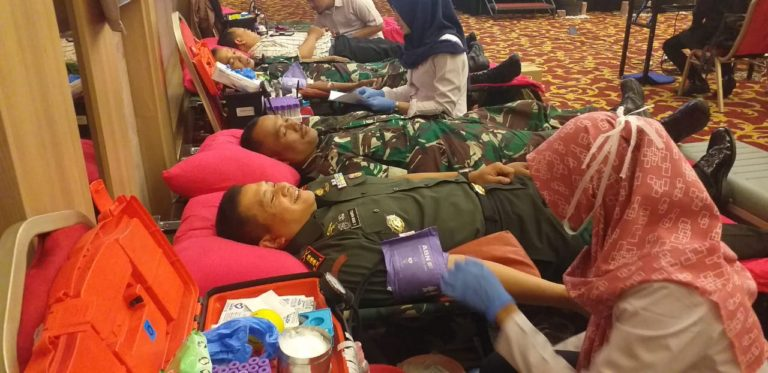 Peduli Sesama, Puluhan TNI Kodim Depok Ikuti Donor Darah