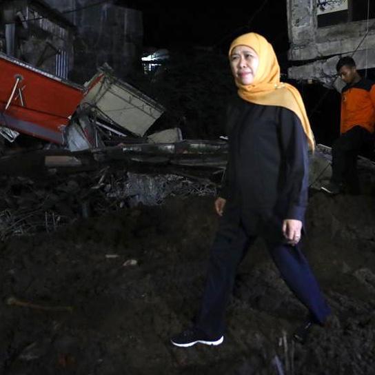Kirimkan Tim dan Bantuan ke Jember, Khofifah Tinjau Lokasi Bencana Tengah Malam