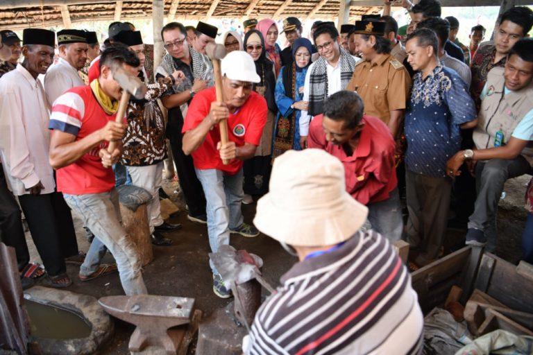 Mendes Halim Dorong Peningkatan Produksi Pengrajin Cangkul Aceh