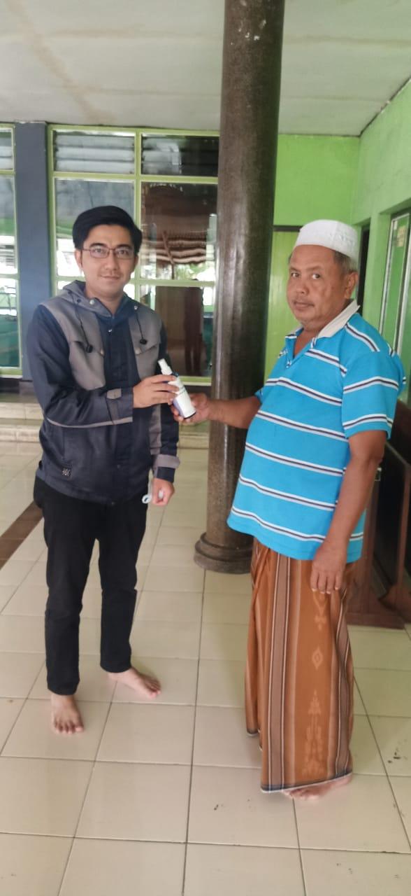 Hand Sanitizer Produk UIN Bandung Dibagikan untuk Pengurus Masjid Bandung Timur