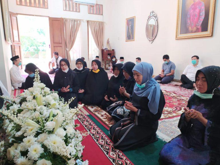 Kenang Sosok Sudjiatmi Ibunda Jokowi, Khofifah; Beliau Rajin Sholat Berjamaah