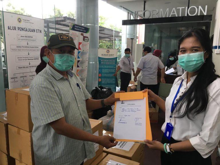 LaNyalla Academia Serahkan Bantuan APD dan Masker ke RS Unair Surabaya