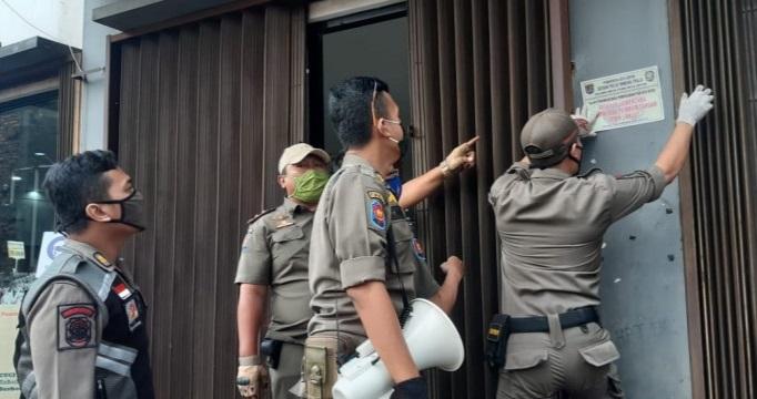 Langgar PSBB, Pemkot Bandung Segel Empat Toko Modern