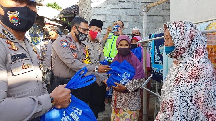 Polda NTB Bersama Babinkamtibnas Taman Ayu Bantu Warga Terdampak Covid-19