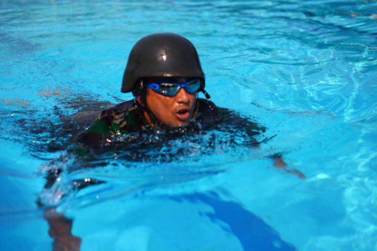 Yon 4 Marinir Gembleng Latihan Renang Militer