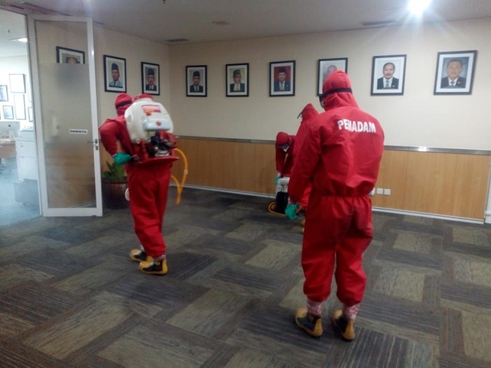 Gedung DPRD DKI Disemprot Disinfektan Pasca Kunker Anggota Dewan, Ada Apa?