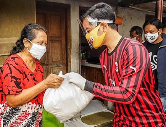 Tiru Gaya Jokowi, Gibran Blusukan ke Kampung Sebar Paket Sembako