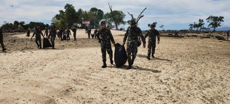 HUT RI ke-75, Kodam Kasuari Bersihkan Sampah di Pulau Raimuti