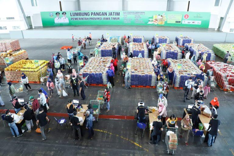Khofifah Gratiskan Paket Sembako untuk 75 Pembeli Pertama Lumbung Pangan Jatim Selama 17 Hari