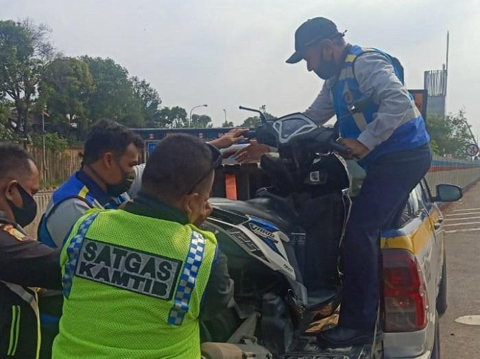 Jasa Marga Amankan Pengendara Motor di Tol Jakarta-Cikampek