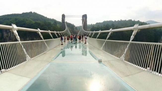 Indonesia bakal segera punya Jembatan Gantung dengan Lantai Kaca