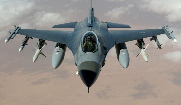 F-16 TNI AU Paksa Pesawat Asing Mendarat di Lanud Halim